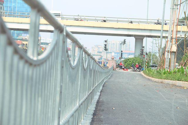 Hành rào sắt được dựng lên dọc tuyến đường nằm cạnh bờ sông tạo cảm giác an toàn cho người tham gia giao thông.