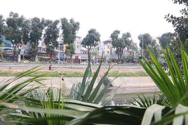Một góc nhìn khác từ tuyến đường Nguyễn Khang ở bên kia sông.