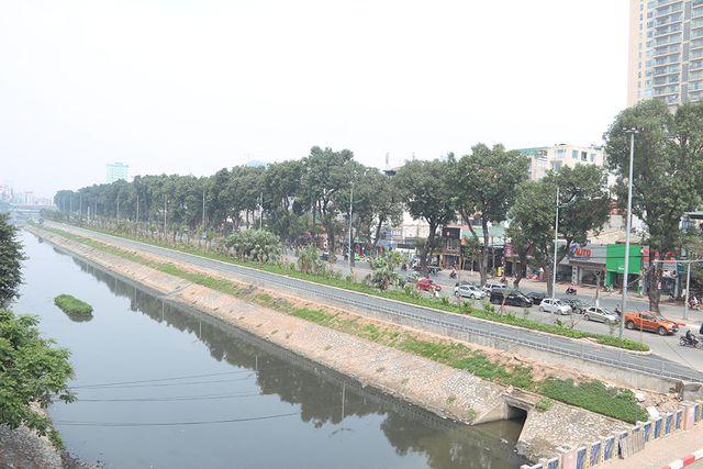 Tuyến đường được hình thành trên cơ sở mặt đường Láng, đơn vị thi công đã tiến hành xén vỉa hè bên phải giáp bờ sông Tô Lịch, mặt đường được xác định rộng khoảng 3,5m, ở giữa có dải phân cách với đường Láng cũ.