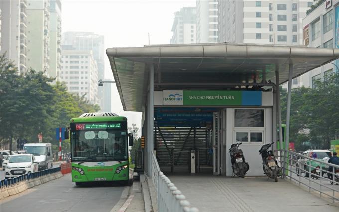 Trục đường Lê Văn Lương và Nguyễn Trãi có tuyến buýt nhanh (Yên Nghĩa - Kim Mã) và đường sắt đô thị (Cát Linh - Hà Đông), đây là những cơ sở để TP.Hà Nội tính tới việc thí điểm cấm xe máy tại đây.