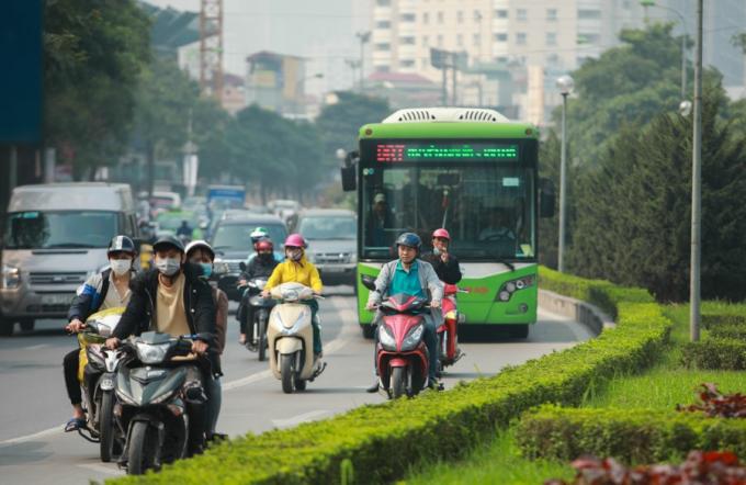 Xe máy vẫn vô tư đi vào làn đường dành riêng cho xe buýt BRT trên tuyến đường Lê Văn Lương mặc dù có biển báo và loa tuyên truyền.