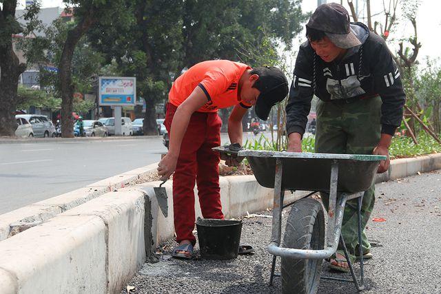Nhiều tốp công nhân đang hoàn thiện, dọn dẹp những hạng mục cuối cùng chuẩn bị cho ngày tuyến đường được đưa vào sử dụng.