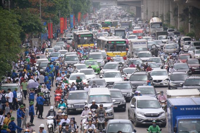 Đường Nguyễn Trãi ùn tắc trong giờ cao điểm.