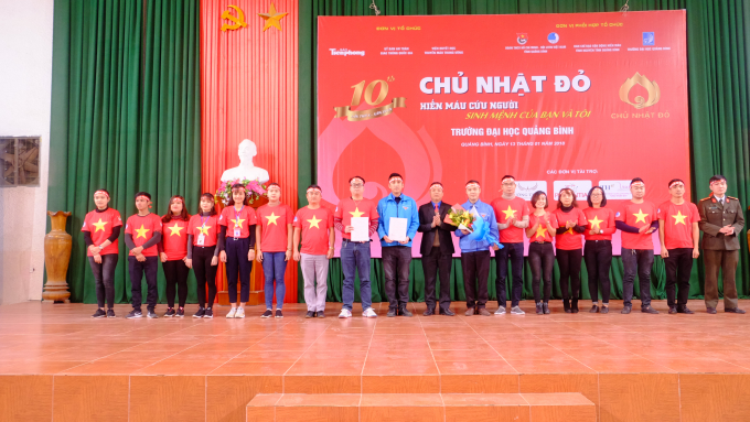 Nhân dịp này, Ban tổ chức đã biểu dương và trao giấy chứng nhận cho các tập thể và cá nhân vì đã có nhiều đóng góp trong phong trào hiến máu tình nguyện ở Quảng Bình.