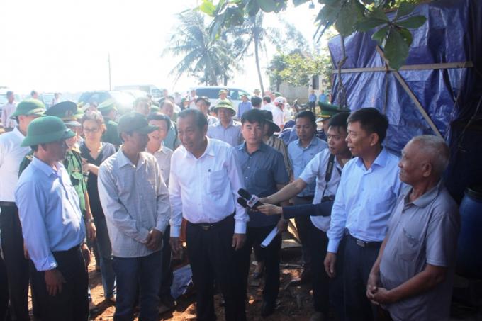 Phó Thủ tướng lắng nghe tâm tư nguyện vọng, và động viên người dân vượt qua khó khăn để sản xuất. (Ảnh: Phan Ba)