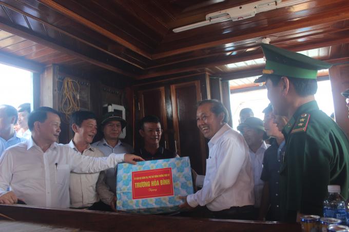 Phó Thủ tướng thăm và tặng quà chủ tàu Nguyễn Văn Chín ở thôn Thanh Khê, xã Thanh Trạch. (Ảnh: Phan Ba)