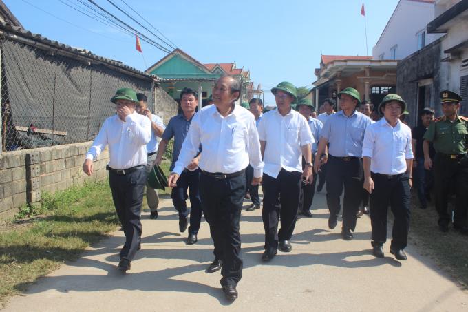 Phó Thủ tướng Trương Hòa Bình về thăm bà con xã Thanh Trạch nơi chịu nhiều thiệt hại sau sự cố môi trường biển. (Ảnh: Phan Ba)