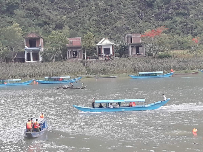 Lốc xoáy làm lật hai thuyền du lịch khiến 21 người rơi xuống sông.