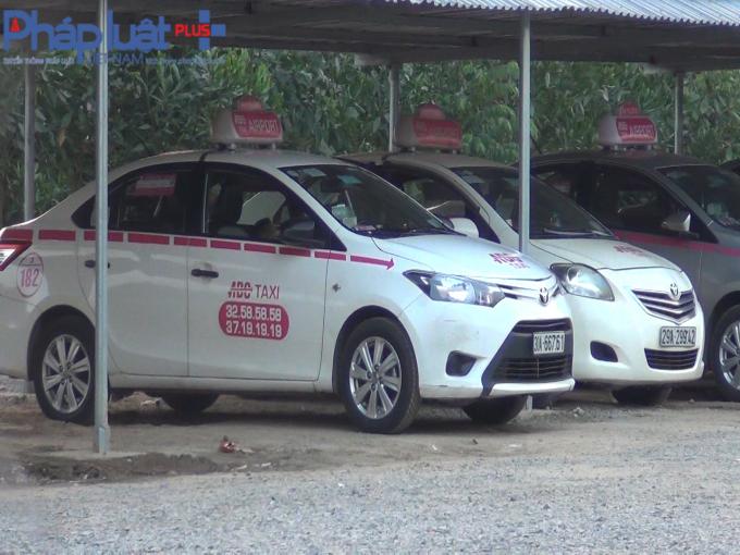 Hàng trăm chiếc xe của hãng taxi ABC được tập kết trên đất nông nghiệp.