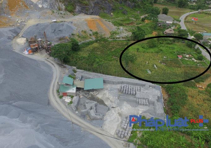 Mồ mả của người đã khuất tại xã Đồng Khê nằm ngay sát mỏ đá.
