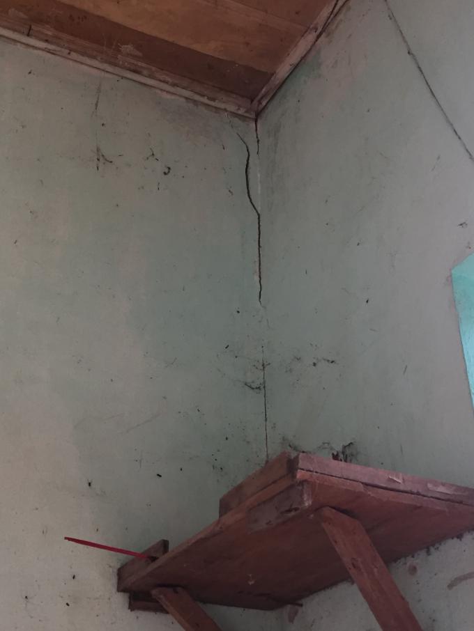 Nhiều ngôi nhà gần mỏ đá của Công ty TNHH Đại Đồng Tiến bị nứt và rạn tường.