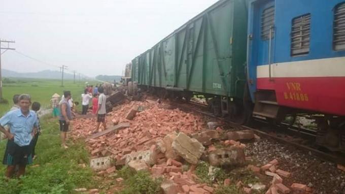 Hà Nội: Tàu hỏa đâm xe tải chở gạch, tài xế tử vong tại chỗ