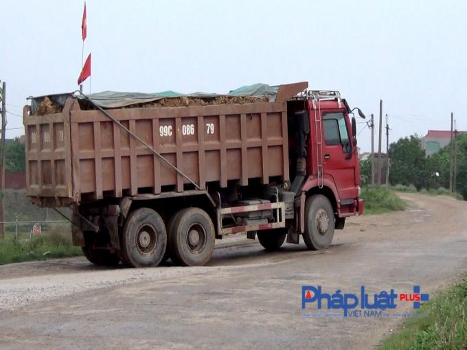 Những chiếc xe với tải trọng trên mức cho phép ngang nhiên hoạt động tại đê sông Cầu đoạn qua thôn Đông Xuyên, xã Đông Tiến, huyện Yên Phong (Bắc Ninh)