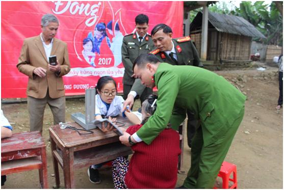 Đại tá Nguyễn Văn Thành, Giám đốc Bệnh viện Công An tỉnh Nghệ An giám sát việc khám bệnh cho người dân.