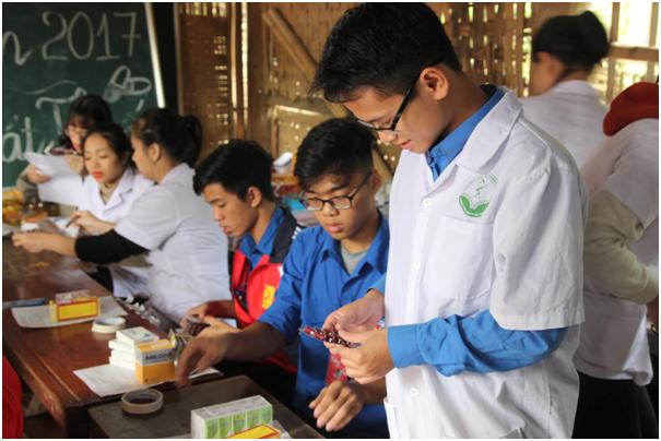 Đoàn dược sĩ cấp phát thuốc cho các bệnh nhân.