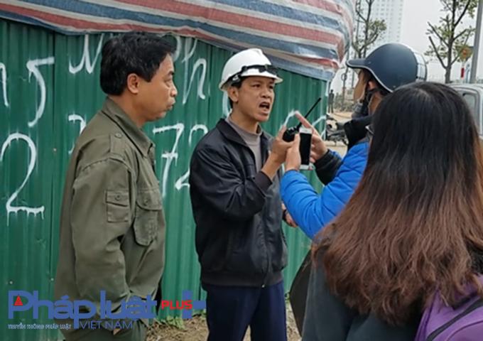 Sau khi ném gạch về phía phóng viên, người đàn ông mặc áo đen trong hình có thái độ hung hăng.