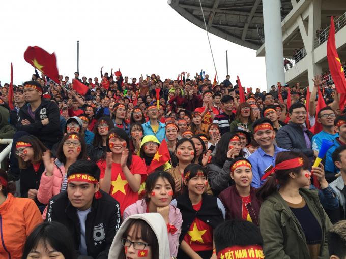 Những băng rôn với hình cờ đỏ sao vàng được các cổ động viên dán lên mặt cùng với đó là dòng chữ Việt Nam vô địch ở trên đầu.