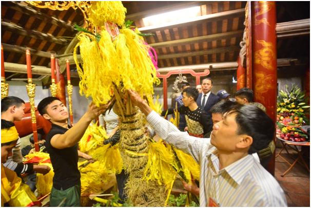 Năm nay, sau lễ cung tiến, giò hoa tre sẽ được di chuyển vào hậu cung đền Thượng, chứ không di chuyển xuống khu vực đền Hạ và tổ chức phát lộc như mọi năm.  Thay vì đưa giò hoa tre vào rồi rước ra để tranh cướp, giò hoa tre lần này được đưa vào hậu cung đền Thượng để