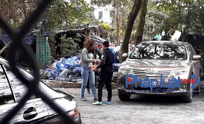 Những đối tượng tại bãi xe này vẫn ngang nhiên thu tiền của khách gửi tại đây. (Ảnh chụp từ clip quay trưa ngày 23/2)