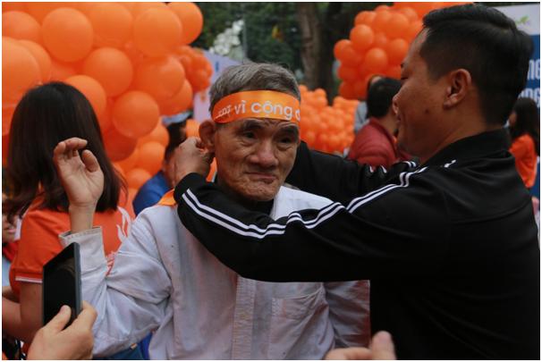 Không chỉ các bạn thanh niên tham gia chương trình mà còn có các cụ già cũng tham gia ngày hội tình nguyện.