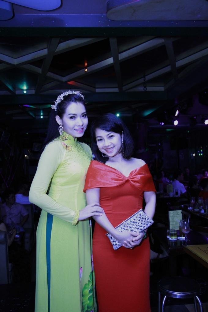 Ca sĩ Trang Anh Thơ và đại diện công ty Việt Sin tại đêm nhạc từ thiện