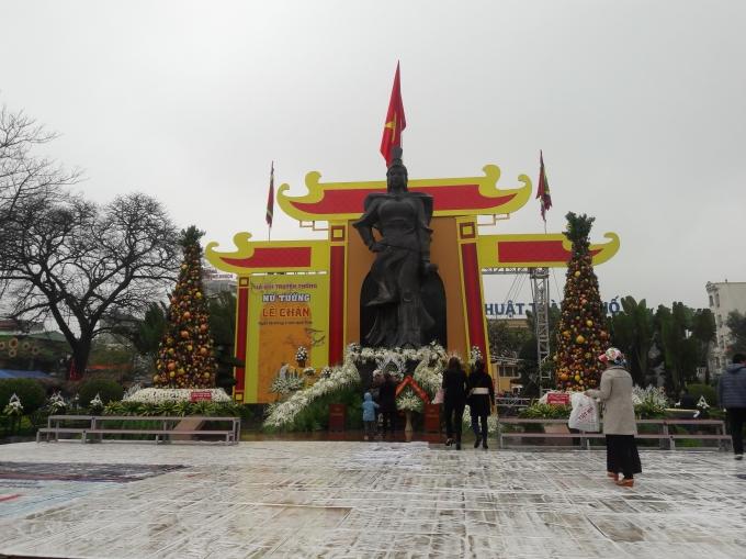 Tượng đài Nữ tướng Lê Chân trước giờ khai hội (Ảnh: Văn Khúc).