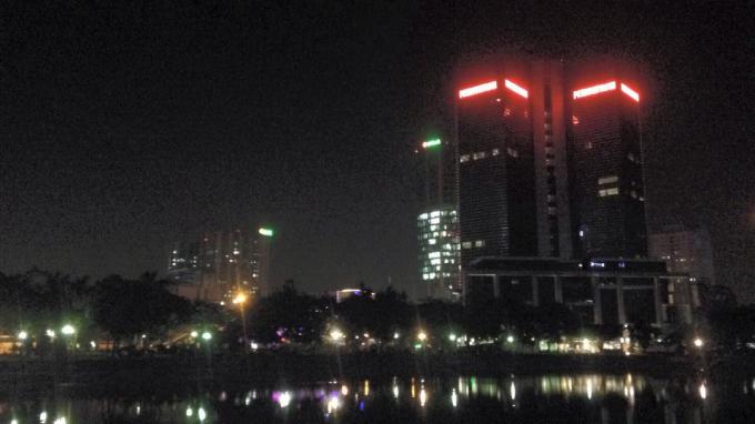 Nhiệt độ quá cao khiến hơi nóng lưu giữ lâu. Ngày hôm qua,lúc 19h, nhiệt độ Hà Nội vẫn ở mức 40 độ, 22h đêm giảm chậm còn 34 độ và gần sáng nhiệt vẫn còn cao 32 độ.