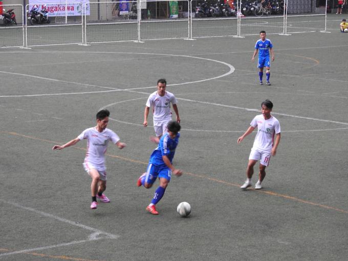 Một pha đi bóng của đội báo Thanh Niên (Áo xanh) qua 3 cầu thủ VTV.