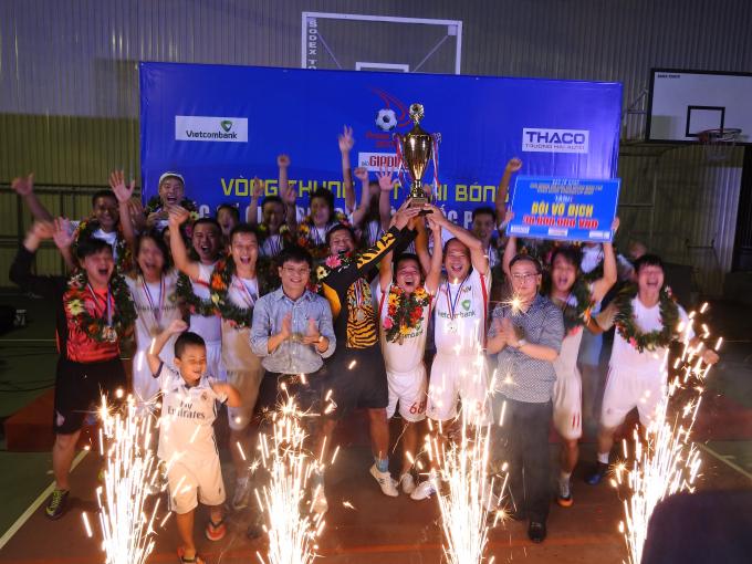 Ông Nguyễn Thái Thiên Cục phó Cục Báo chí và ông Hồ Minh Chiến Trưởng BTC trao cúp vô địch cho độiĐài Truyền hình Việt Nam.