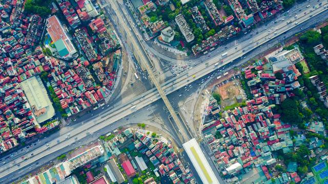 Ngã tư Nguyễn Trãi - Khuất Duy Tiến nằm trên địa phận quận Thanh Xuân, là điểm nút giao thông quan trọng ở phía Tây Nam Hà Nội.