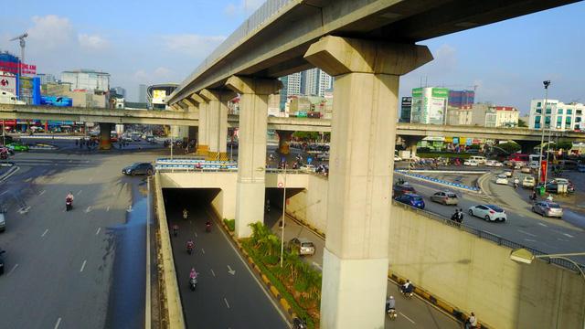 Đây là nơi duy nhất ở Hà Nội có cả đường bộ mặt đất, hầm chui, đường cao tốc trên cao và đường sắt đô thị giao cắt.