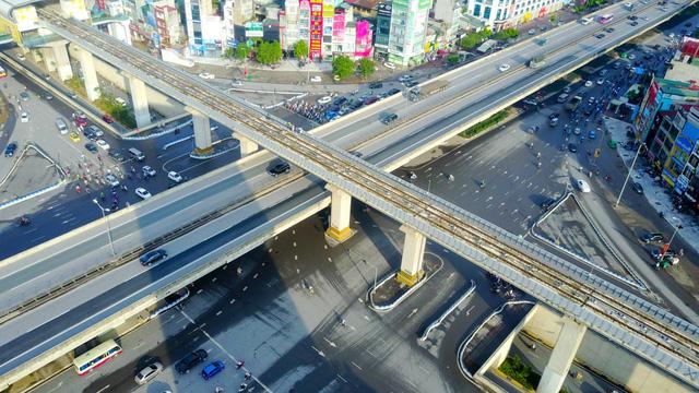 Để đảm bảo lưu thông liên tục cho các tuyến đường huyết mạnh, giao lộ được thiết kế thành 4 tầng cao riêng biệt.