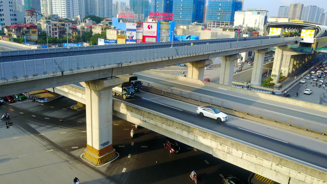 Tầng thứ 2 là đường vành đai 3, hoàn thành năm 2012 với thiết kế là đường cao tốc trên cao để kết nối từ Mai Dịch tới nút giao Pháp Vân và đường dẫn lên cầu Thanh Trì.