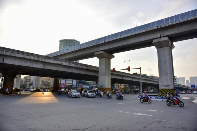 Tầng giữa là đường bộ mặt đất thông thường, điểm giao cắt giữa đường Nguyễn Trãi và đường Khuất Duy Tiến.