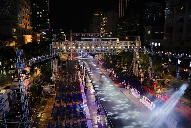 Không gian sân khấu rộng với sàn catwalk dài 120m trên phố đi bộ Nguyễn Huệ