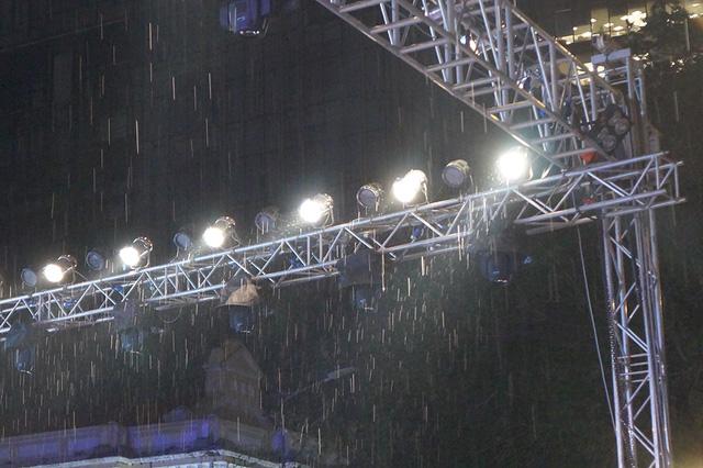 Sau phần trình diễn thời trang phần đầu của chương trình kết thúc, trời bắt đầu mưa nặng hạt