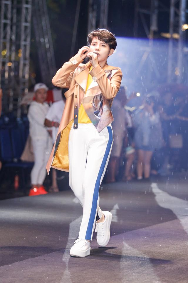 Ca sĩ Vũ Cát Tường bước ra sân khấu thì trời bắt đầu mưa...