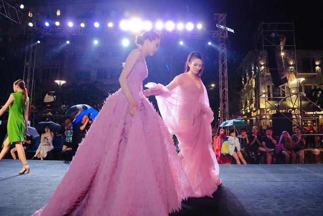 Thế nhưng mặc cho trời mưa, người mẫu Võ Hoàng Yến cùng các người mẫu vẫn hoàn thành phần trình diễn của mình