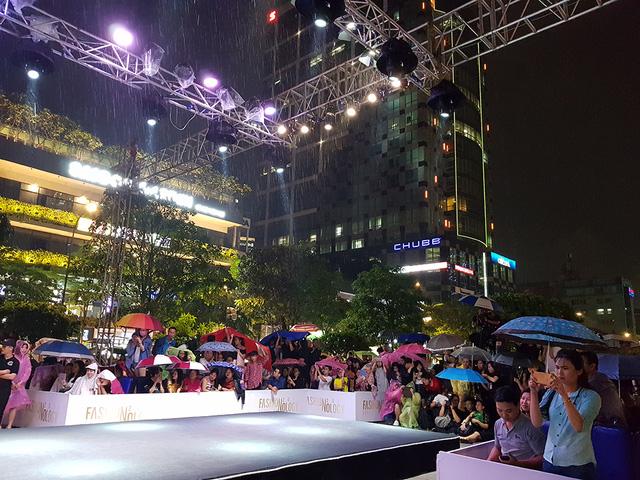 Đông đảo khán giả nán lại xem chương trình và cổ vũ cuồng nhiệt cho các người mẫu vẫn biểu diễn bất chấp trời mưa