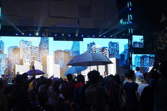 Sự cố trời mưa có thể nói là điều đáng tiếc cho chương trình khi khán giả không thể theo dõi trọn vẹn phần trình diễn của các tiết mục thời trang vô cùng hấp dẫn lần đầu tiên được tổ chức rất quy mô tại TPHCM.
