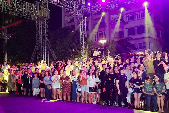 Đông đảo khán giả đã có mặt tại đây để xem chương trình thời trang được thực hiện với quy mô lớn nhất từ trước tới nay cho công chúng theo dõi tại sân khấu ngoài trời