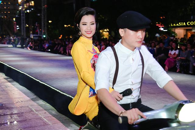Ca sĩ Đông Nhi xuất hiện trên sân khấu với dàn xe vespa cổ được chạy quanh sân khấu gây ấn tượng mạnh với khán giả