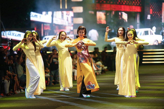 Ca sĩ Đông Nhi biểu diễn ca khúc