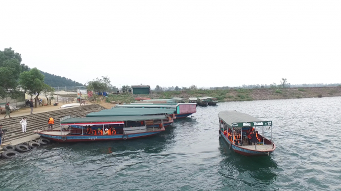Những chiếc thuyền ở đây là thuyền cỡ lớn, có thể vận chuyển được hàng chục người trong một chuyến đi