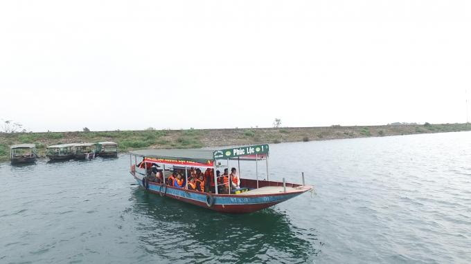 Khi đi trên thuyền, du khách sẽ được trang bị đầy đủ các thiết bị bảo hộ.