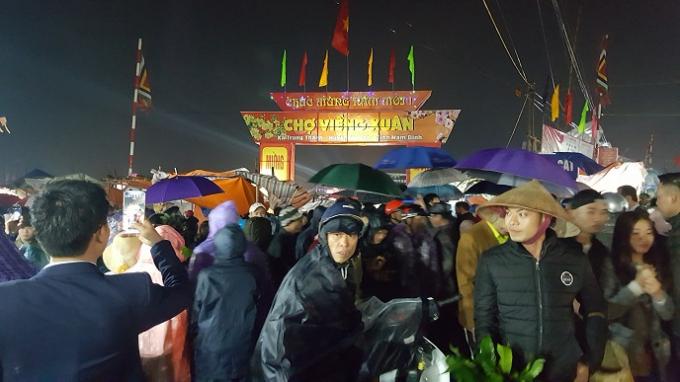 Người dân, du khách thập phương đổ về chợ ngày càng đông.
