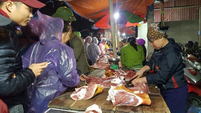 Mặc dù đã gần 22h nhưng khu vực bán thịt