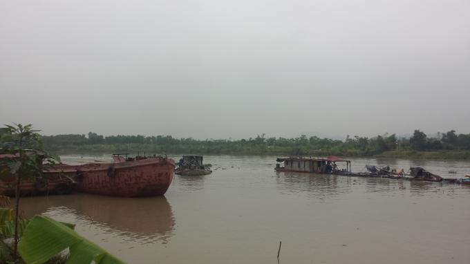 Các tàu khai thác cát ở xã Kênh Giang rất gần bờ