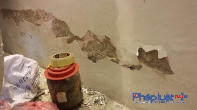 Cảnh bong vữa ở chân tường tầng một nhà 26A Hội Vũ, phường Hàng Bông.