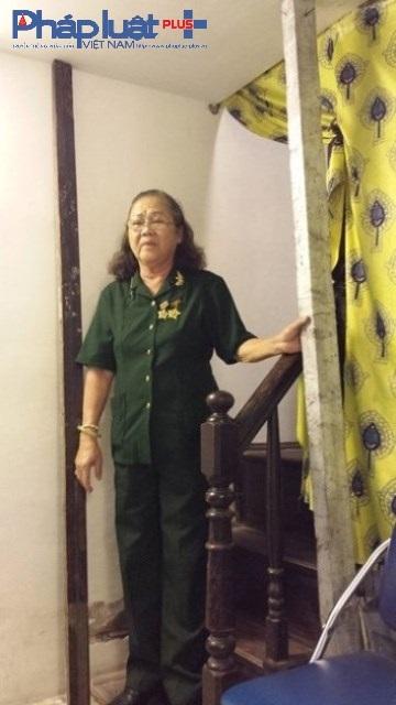 Bà Nguyễn Thị Loan trong ngôi nhà của cụ thân sinh để lại có nguy cơ đổ sập phải chống bằng cột gỗ ở tầng 1.